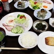 朝食/ほかほかの御飯とお味噌汁、家庭的な朝ごはんをお召し上がり下さい