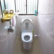 お部屋にトイレはございません。共同の水洗トイレをご利用下さい。