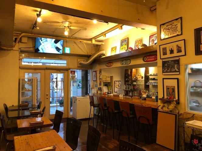 1Fのカフェは異国を感じつつどこかくつろげる空間
