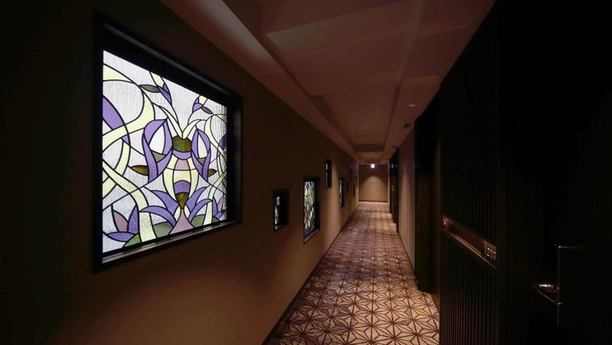 【館内通路】花鳥風月をイメージしたステンドグラス。