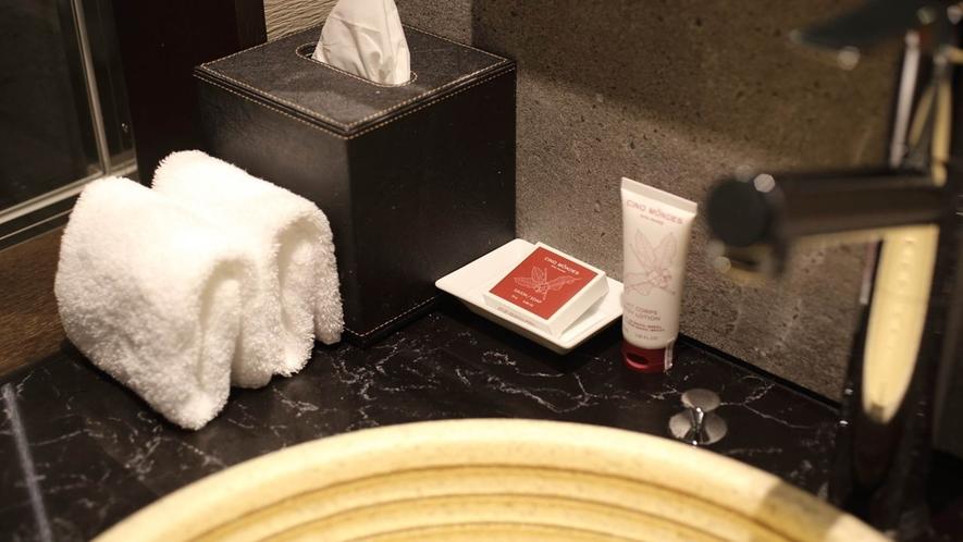 【洗面台】フランス発のアメニティを使用しております。独立型のモダンな洗面スペース。