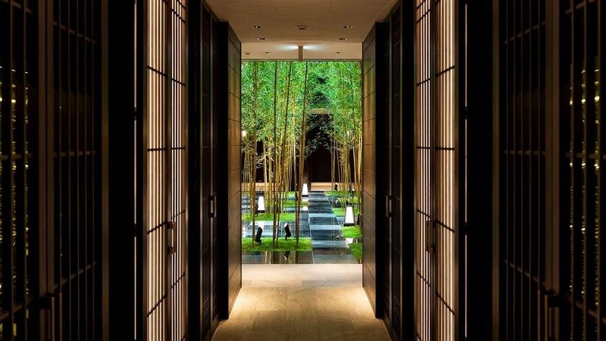 日本が近代化へ向かう時代のデザインとアートが溢れる空間