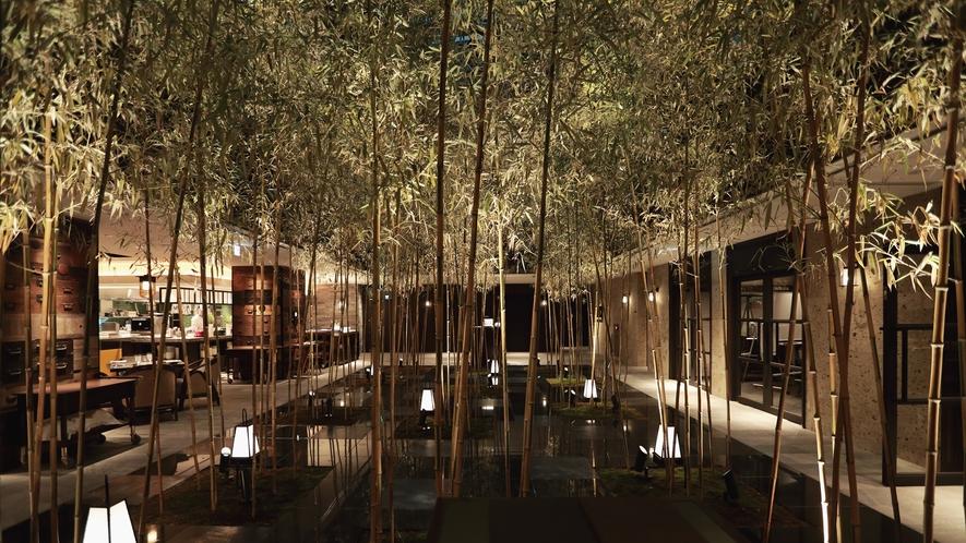 【レストラン インテリア】地階から聳え立つ竹林を望みながら優雅にお食事いただけます