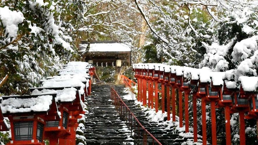 水の神様を祀る古社・貴船神社。京都の奥座敷としても知られています。