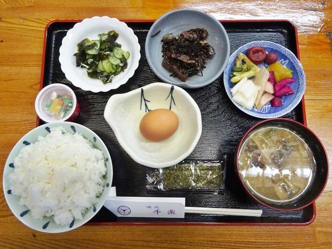朝食「青山卵の卵かけゴハン定食」