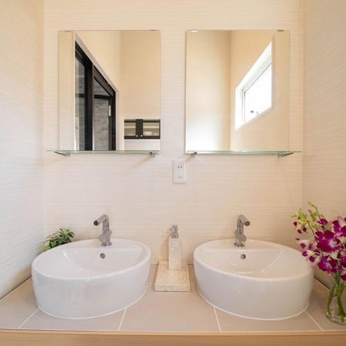 同時にお二人が使える洗面台。