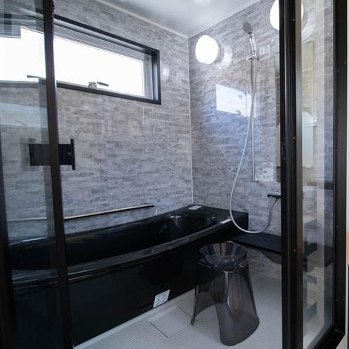 広いバスタブを備えたシャワールーム。