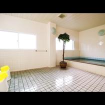 お風呂_広々とした浴槽で、足を伸ばしてごゆっくりお寛ぎください。