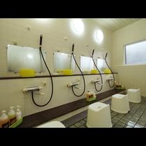 お風呂_広々とした洗い場があります。
