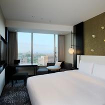 【モデレードダブル】21.1㎡のゆとりある客室の中に、160cm幅のクイーンベッドを配置。