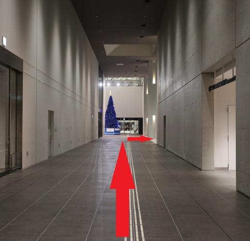 ②階段で2階へ上がって頂くと、左手に「熊本城ホール」さんがございますので、直進後右折すると入口です。