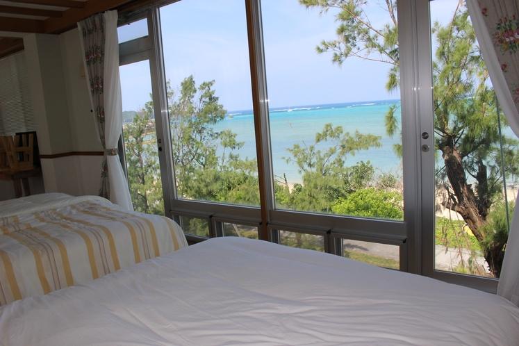 ベッドに横たわりながら海を眺める