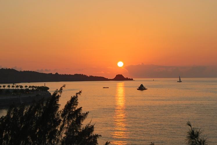 真栄田岬に映える夕日
