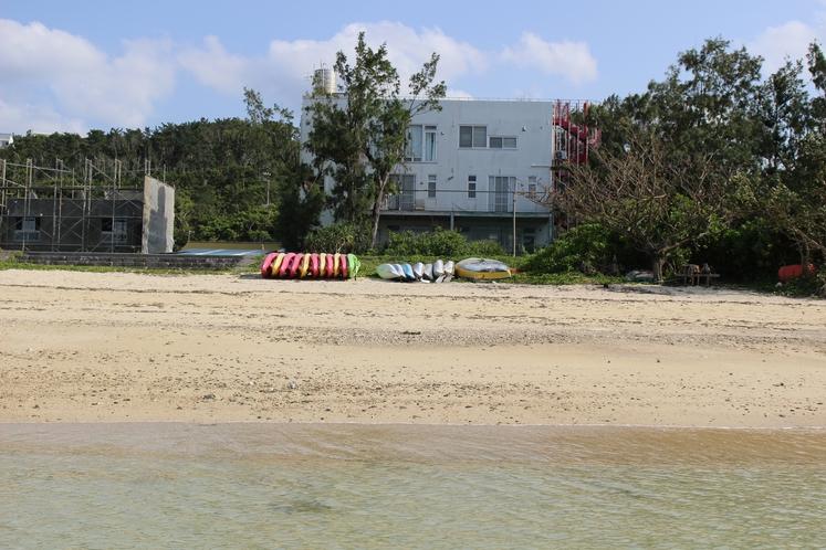宿の前に海とビーチ