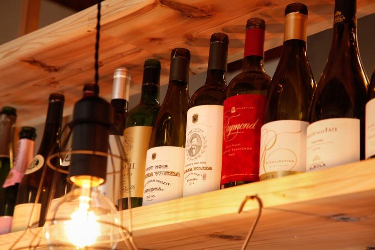 ワインが豊富なカフェ・バー併設