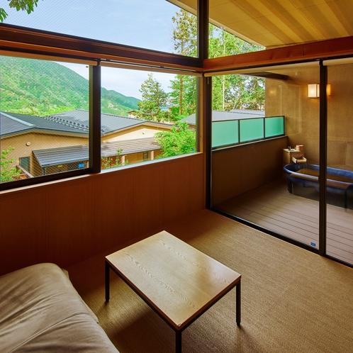 【202 Fタイプ】リビング、客室露天風呂