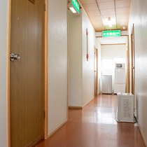 *【館内/廊下】2階の客室階には共用レンジと冷蔵庫がございます。ご自由にご利用下さい