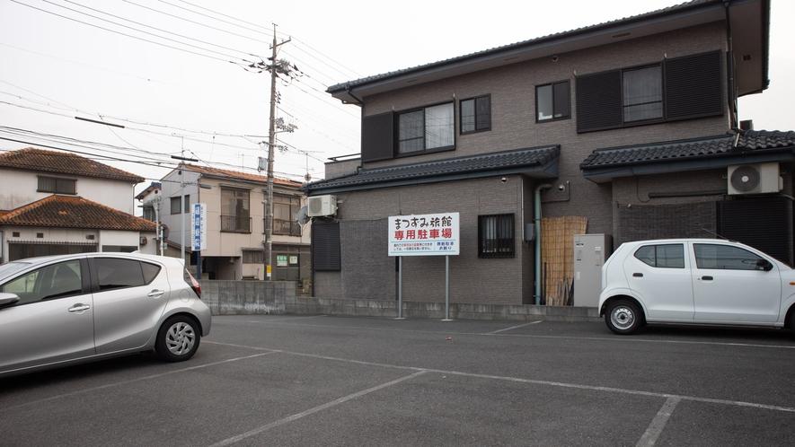 *【無料駐車場】屋外に20台駐車可能!