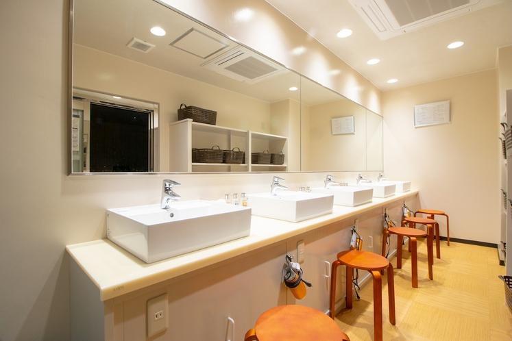 大浴場の脱衣室・洗面