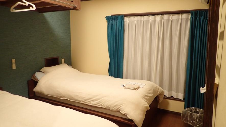 *【洋室】シングルベッドが2台ございます。ゆっくりとお寛ぎください