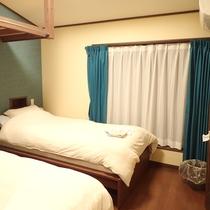 【洋室】シングルベッドが2台ございます。ゆっくりとお寛ぎください