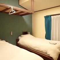 【洋室】シングルベッド×2台のツインのお部屋です。個別空調完備