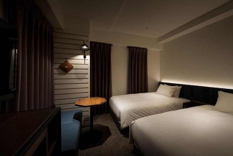 ツイン(15㎡/100cmシモンズベッド×2台)テレビは壁掛け仕様なのでベッドで休みながら視聴も可能