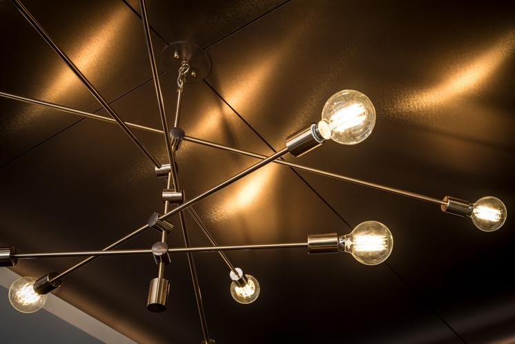 アンティークな空間を演出するエジソンランプ