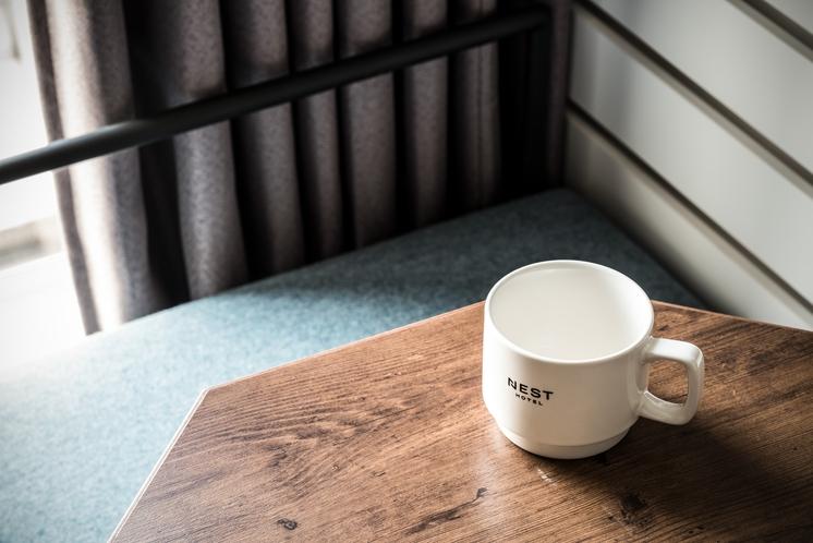 お部屋には専用マグカップもご用意しております。