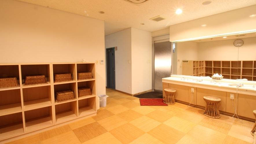*【展望大浴場/更衣室】広々とした空間、使いやすい高さの脱衣棚
