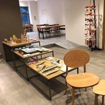 地域の特産や日本の銘品を紹介するミニショップあり!