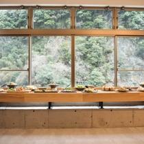 お食事処からは四季折々の景色や川のせせらぎを望めます。