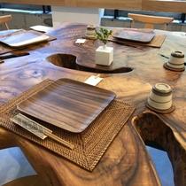 大楠の丸太切りテーブル。大楠の曲線は職人さんの手磨きにより丁寧に仕上がった作品です!