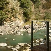大浴場デッキから川のせせらぎをお楽しみいただけます。
