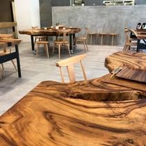 職人の手によって製作された、大楠の丸太切りテーブル。絶妙な曲線に温かさを感じます。
