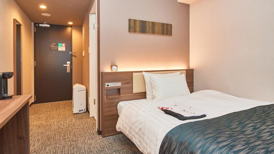 【シングルルーム】シモンズ製ベッドを設置で全室16.05平米。コーヒーメーカーも設置。※客室画像一例