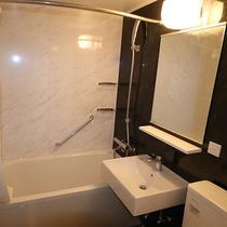 浴槽もあり、ゆっくりと滞在を満喫できます。