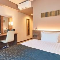 【ダブルルーム】 シモンズ製ベッド設置で全室16.05平米。全室フリーWi-Fi完備。※客室画像一例