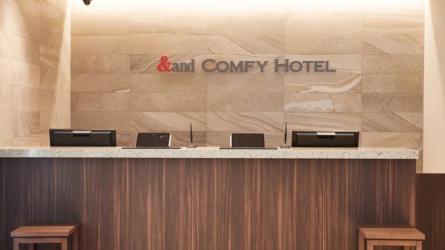 【フロント】アンドコンフィホテル熊本城ビューへようこそ!明るいフロントでお出迎えいたします。