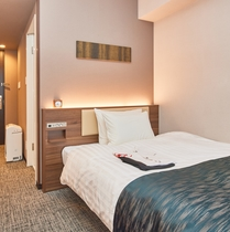 【シングルルーム】 シモンズ製ベッドを設置で全室16.05平米。フリーWi-Fi完備。※客室画像一例
