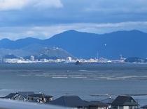 屋上から穏やかな波の瀬戸内海を見えます