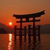 厳島神社 大鳥居 夕景(写真提供:広島県)