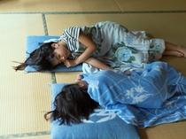 和室の畳でお昼寝