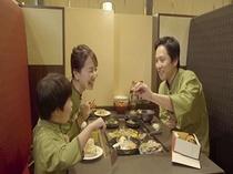 パパ・ママ・僕初めて鉄板台で食事ご飯温かく美味しいな