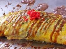 オムそば(焼きそばを豚肉と卵で巻いています。子供・女性に人気)