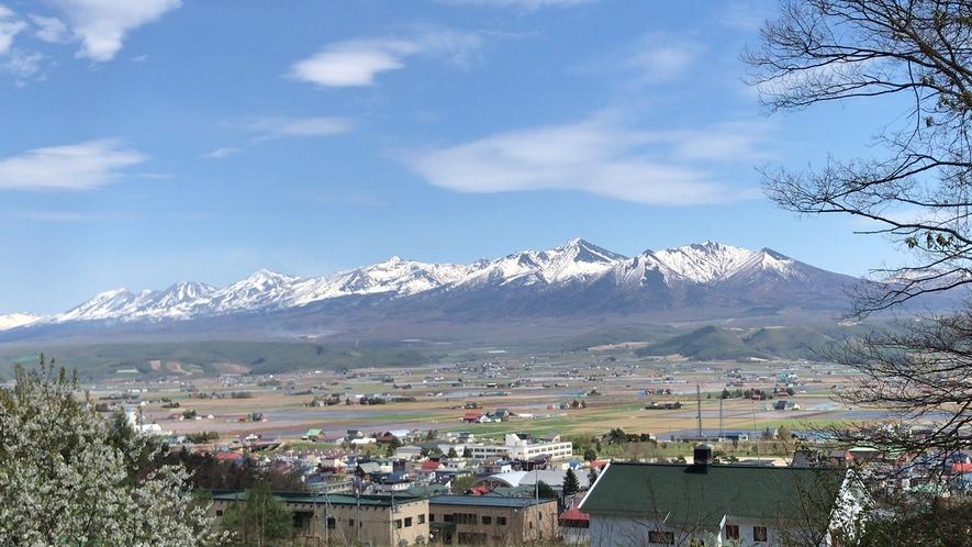 ペンションから見た十勝岳連峰