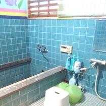 【風呂】大きな浴槽ではございませんが、ゆっくりとお寛ぎください。