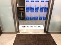 エレベーターホールから自動ドアが開いた状態