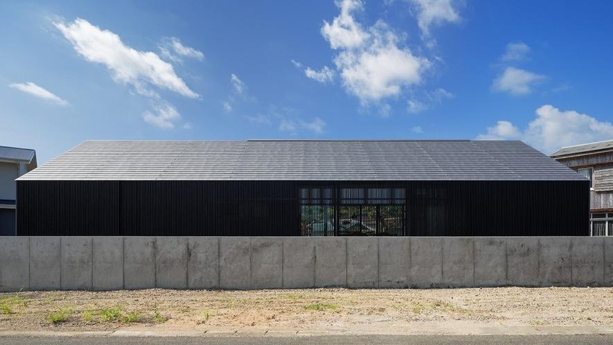 焼き杉の黒が目を引く重厚な建築