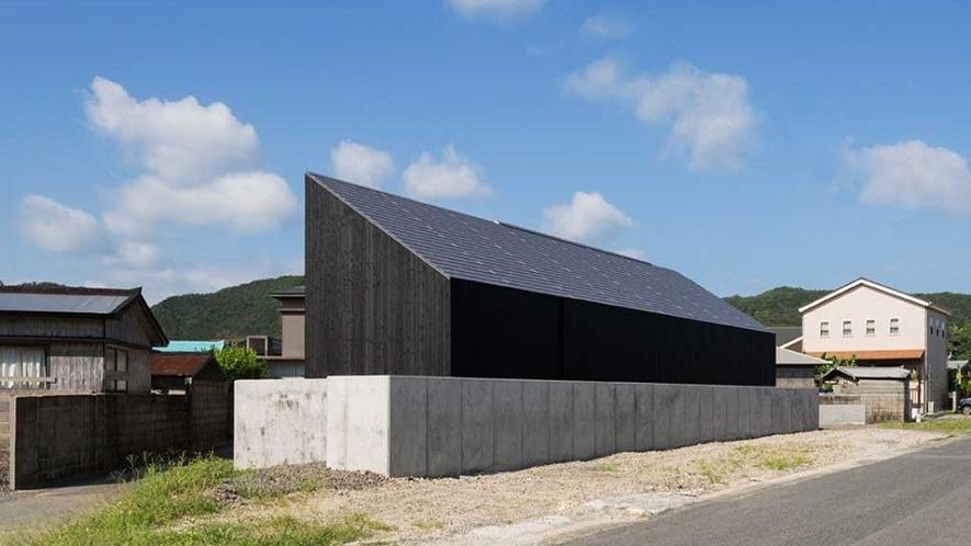 三角の漆黒の建物が目印です